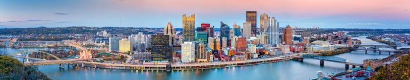 Im Stadtzentrum gelegenes Panorama Pittsburghs stockfotos
