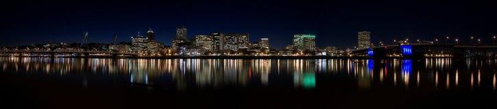 Im Stadtzentrum gelegenes Portland Oregon nachts Stockbilder