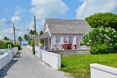 Im Stadtzentrum gelegenes rosa Haus auf Suppenschildkröte Cay in Bahamas lizenzfreies stockbild