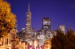 Im Stadtzentrum gelegenes San Francisco am Abend Lizenzfreies Stockfoto