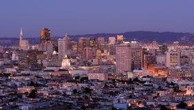 Im Stadtzentrum gelegenes San Francisco nachts lizenzfreie stockbilder