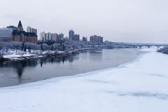 Im Stadtzentrum gelegenes Saskatoon entlang dem Süd-Saskatchewan-Fluss stockfotos
