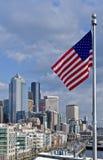 Im Stadtzentrum gelegenes Seattle und Markierungsfahne Lizenzfreie Stockfotos