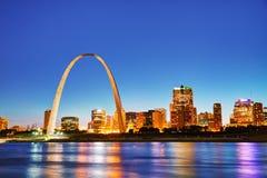 Im Stadtzentrum gelegenes St. Louis, MO mit dem alten Gericht und dem Zugang AR Stockbilder