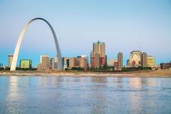 Im Stadtzentrum gelegenes St. Louis, MO mit dem Zugangs-Bogen stockfotos