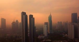 Im Stadtzentrum gelegenes Stadtbild Jakartas mit orange Himmel stock footage