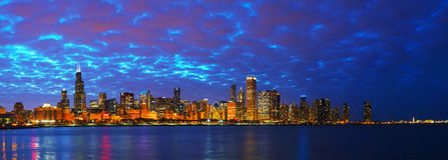 Im Stadtzentrum gelegenes Stadtbildpanorama Chicagos Stockbild