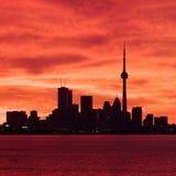 Im Stadtzentrum gelegenes Toronto, das zu einem brennenden Himmel aufwacht Lizenzfreie Stockfotos