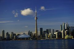 Im Stadtzentrum gelegenes Toronto mit ikonenhaftem Turm lizenzfreie stockbilder