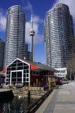 Im Stadtzentrum gelegenes Toronto mit ikonenhaftem Turm lizenzfreies stockfoto