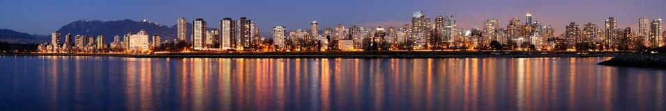 Im Stadtzentrum gelegenes Vancouver an einem Winterabend Stockfoto