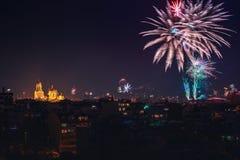 Im Stadtzentrum gelegenes Varna-Stadtbild mit vielen blinkendes Feuerwerke celebratin Lizenzfreies Stockfoto