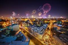 Im Stadtzentrum gelegenes Varna-Stadtbild mit vielen blinkendes Feuerwerke celebratin Stockfotografie