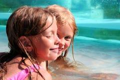Im Swimmingpool stockbild