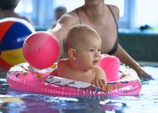 Im swinmmingpool stockfotos