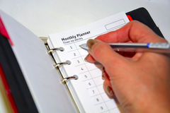 Im TagebuchUnternehmensplan und den Tätigkeiten stockbild