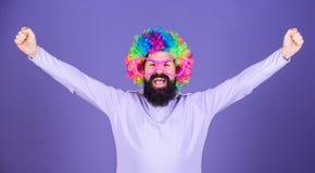 Im un ganador Hombre barbudo que celebra la victoria en peinado de la peluca del payaso Hombre en peluca de la moda con gesto que fotos de archivo