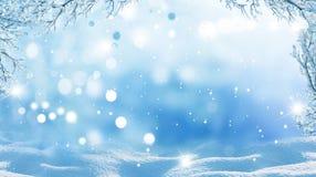 Im untereren Teil der snow-covered Hügel mit Schattenbildern der gezierten Bäume lizenzfreie stockfotografie