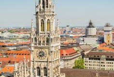 Im Vordergrund ist der Turm von neuen Rathaus ein Rathaus am nördlichen Teil von Marienplatz Lizenzfreie Stockfotos
