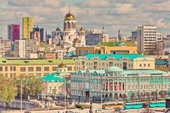 Im Vordergrund - Sevastyanov-Haus, im Abstand - Kirche auf Blut zu Ehren aller Heiligen lizenzfreies stockbild