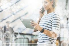 Im Vordergrund sind virtuelle Diagramme, Diagramme, Diagramme Mädchenfunktion, blogging, online plaudernd Hand zeichnet ein Model Lizenzfreie Stockfotos