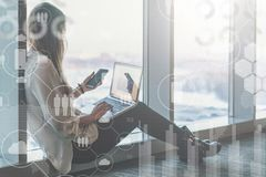 Im Vordergrund sind virtuelle Ikonen mit Wolken, Leute, Geräte Ein Bündel Leute, habend Gespräche Blogging Mädchen Lizenzfreie Stockbilder