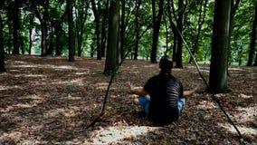 Im Wald meditieren hat keinen Vergleich stock footage