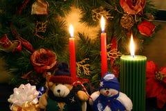 Im Weihnachtsspiritus, in einem angefüllten Teddybären und in einem angefüllten Schneemann Stockfotos