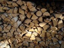 Im Winter ein Birkenholz und eine Axt geerntet lizenzfreie stockfotos