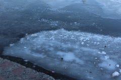 Im Winter wird der Fluss mit Eis bedeckt Lizenzfreies Stockbild