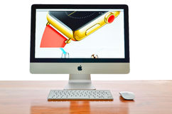 IMac avec le nouvel iWatch sur l'affichage Photographie stock