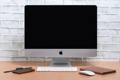 iMac dator, iPadkortkort, iPhone X och Apple klocka royaltyfria foton