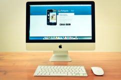 Imac dator med den visade instagramwebsiten Royaltyfri Bild