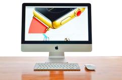 IMac mit neuem iWatch auf Anzeige Stockfotografie