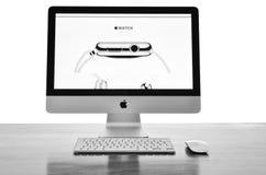 IMac mit neuem iWatch auf Anzeige Lizenzfreie Stockfotografie