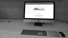 IMac Pro mit Apple Store-Website und -Homepage mit iPhone XS stock video