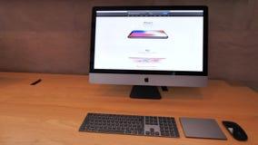 IMac Pro mit Apple Store-Website und -Homepage mit iPhone XS stock footage