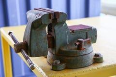 Imadła narzędzie w warsztacie lub garaż dla poparcie ciężkiej pracy, Specjalni narzędzia dla przemysł pracy, imadło stojak na sto Obraz Royalty Free