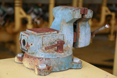 Imadła narzędzie w warsztacie lub garaż dla poparcie ciężkiej pracy, Specjalni narzędzia dla przemysł pracy, imadło stojak na sto Obrazy Royalty Free