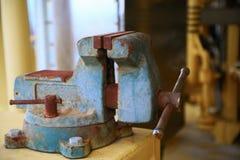 Imadła narzędzie w warsztacie lub garaż dla poparcie ciężkiej pracy, Specjalni narzędzia dla przemysł pracy, imadło stojak na sto Zdjęcia Stock