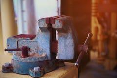 Imadła narzędzie w warsztacie lub garaż dla poparcie ciężkiej pracy, Specjalni narzędzia dla przemysł pracy, imadło stojak na sto Zdjęcia Royalty Free
