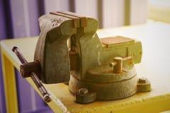 Imadła narzędzie w warsztacie lub garaż dla poparcie ciężkiej pracy, Specjalni narzędzia dla przemysł pracy, imadło stojak na sto Obraz Stock