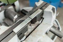 Imadło zabezpieczać workpiece Kurenda Zobaczył maszynę Ciący stal z z ostrzem wewnątrz i metal, kółkowy ostrze fotografia stock