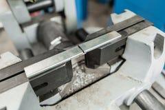 Imadło zabezpieczać workpiece Kurenda Zobaczył maszynę Ciący stal z z ostrzem wewnątrz i metal, kółkowy ostrze obraz royalty free