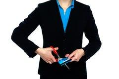 Imaege colhido da senhora que corta seu cartão de dinheiro Foto de Stock