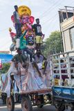 Image éditoriale documentaire Les passionnés apportent Loard Ganesha d'atelier pour le cortège avec de grandes foules pendant Lor Photographie stock libre de droits