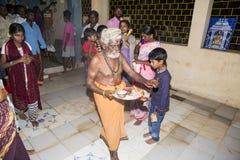 Image éditoriale documentaire Passionnés autour de la statue FO de ganesha le festival Photographie stock