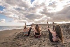 Image épique avec de jeunes gentilles femmes faisant des exercices de forme physique de séance d'entraînement et de pilates à la  photographie stock libre de droits