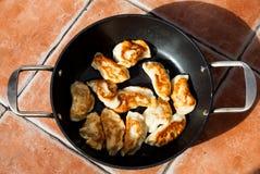Image étendue plate au-dessus de pirogi polonais traditionnel de repas dans la poêle sur la table Repas délicieux de la pâte prép images stock