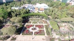 Image aérienne d'une roseraie à un parc banque de vidéos